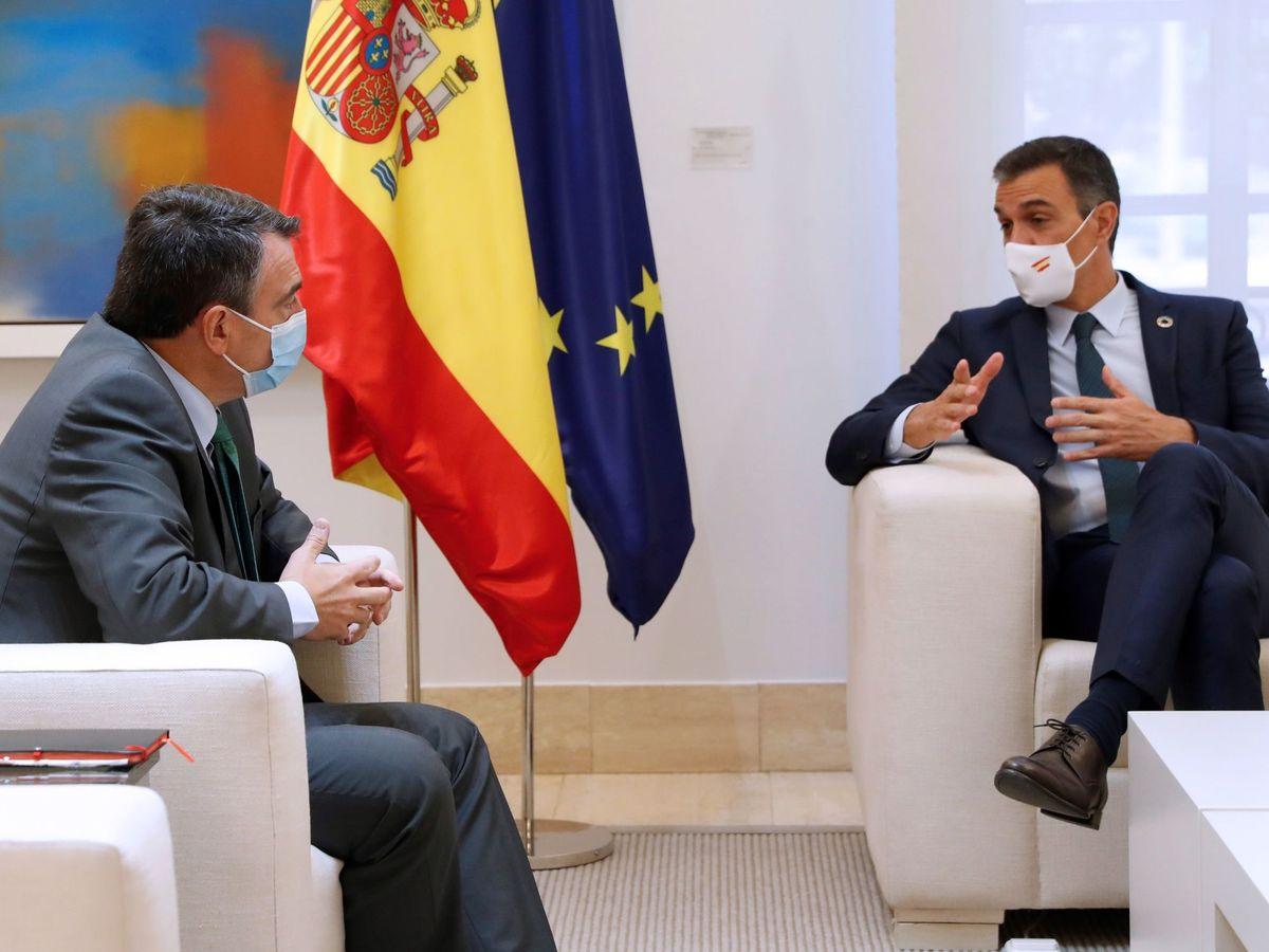 Foto: El presidente del Gobierno, Pedro Sánchez, durante una reunión con el portavoz del PNV en el Congreso, Aitor Esteban (i). (EFE)