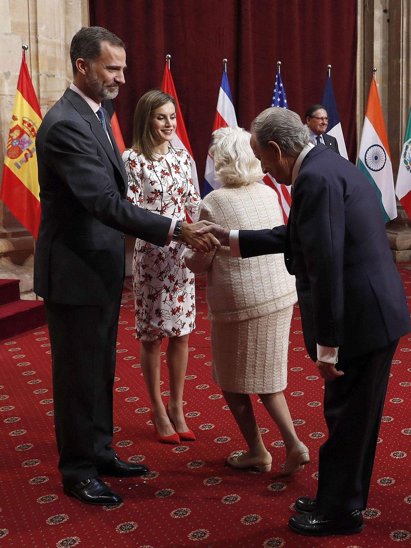 Juan Miguel Villar Mir saluda a los reyes en una audiencia en Oviedo. (EFE)
