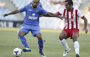 El Getafe salva los muebles ante el Almería en un desangelado Coliseum