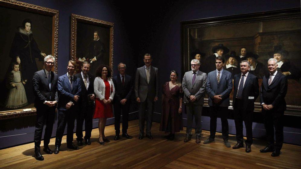 Foto: Felipe VI posa junto al ministro de Cultura en funciones, José Guirao, Amelia Válcarcel y Falomir, entre otros, en el Museo del Prado. (EFE)