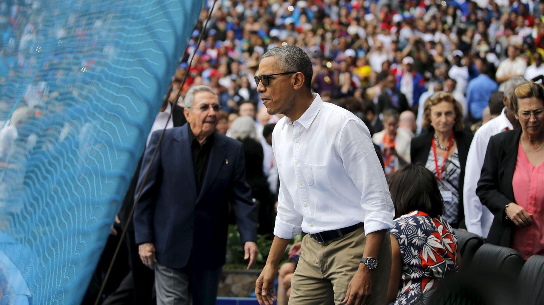 El hoy expresidente estadounidense Barack Obama junto con el ya expresidente cubano, Raúl Castro, asisten a un partido de béisbol en La Habana, el 22 de marzo de 2016. (Reuters)
