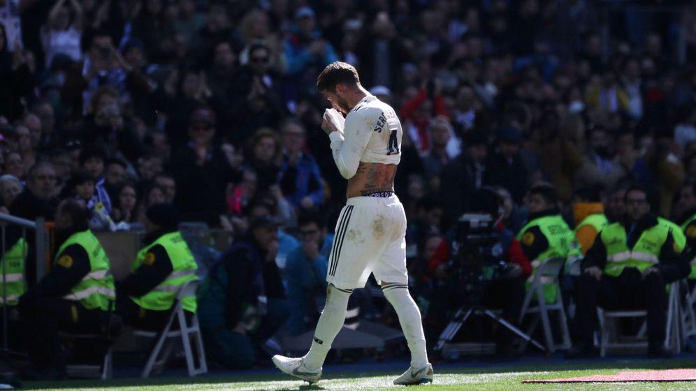 Foto: Sergio Ramos se retira tras la expulsión. (Reuters)