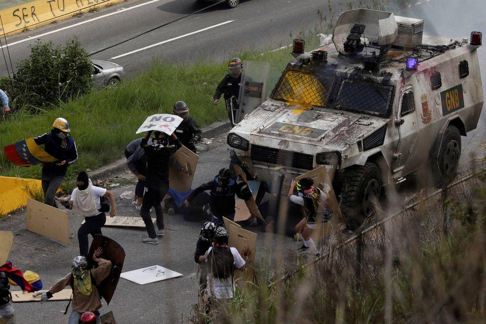 Foto: Un vehículo de las fuerzas de seguridad arrolla a unos manifestantes durante enfrentamientos en Caracas. (Reuters)