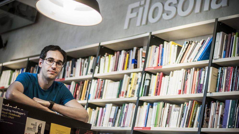 Foto: Xavi Puig posando en una librería y preocupado por si la foto resulta pedante