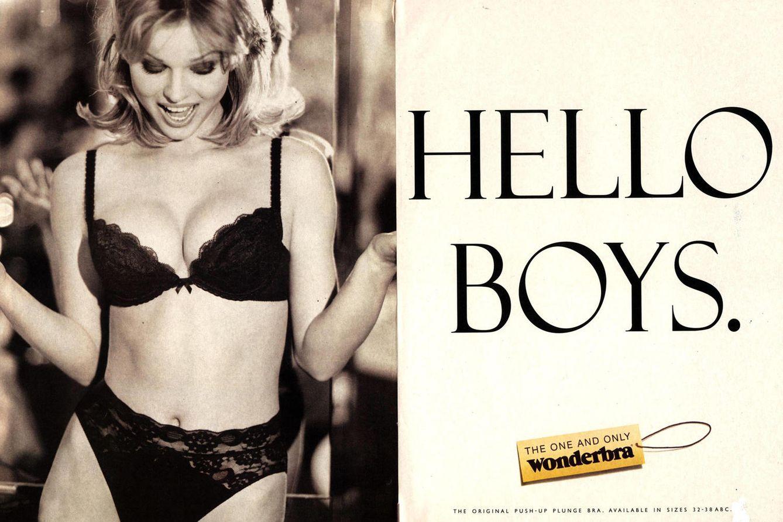 Foto: El archifamoso anuncio de Wonderbra con Eva Herzigová y su 'claim' en inglés: Hola, chicos.