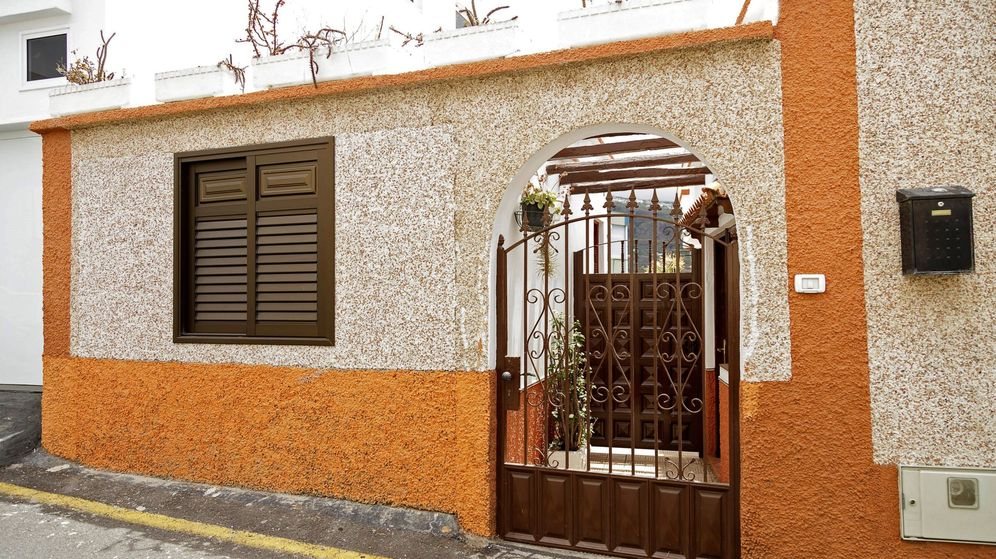 Foto: Vista de la vivienda situada en el municipio tinerfeño de Icod de los Vinos, donde encontraron el cuerpo (Efe)