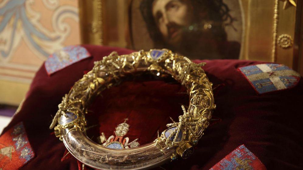 Foto: La Corona de Espinas en una ceremonia en la Catedral de Notre Dame de parís. (Reuters)
