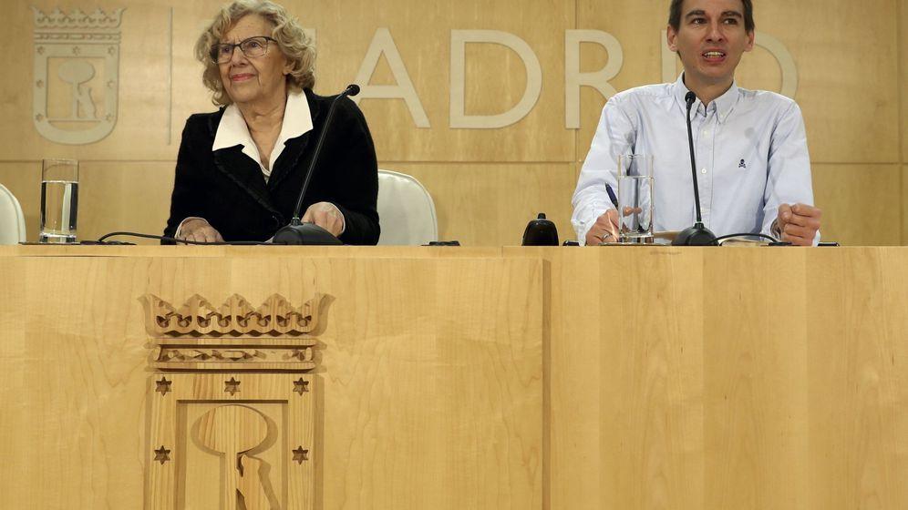 Foto: Manuela Carmena presenta junto al delegado de Participación Ciudadana, Pablo Soto, los terceros presupuestos participativos del Ayuntamiento. (EFE)