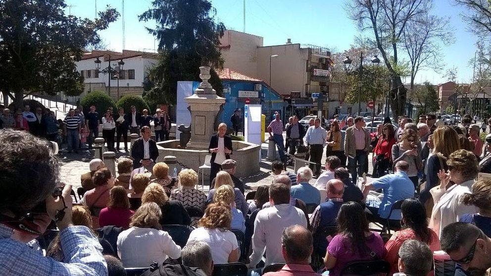 Cifuentes Cifuentes pisa el barro y 'copia' las asambleas de Podemos