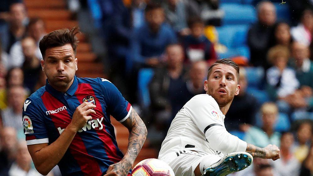 Foto: Toño (i) en el Real Madrid-Levante de esta temporada. (Reuters)