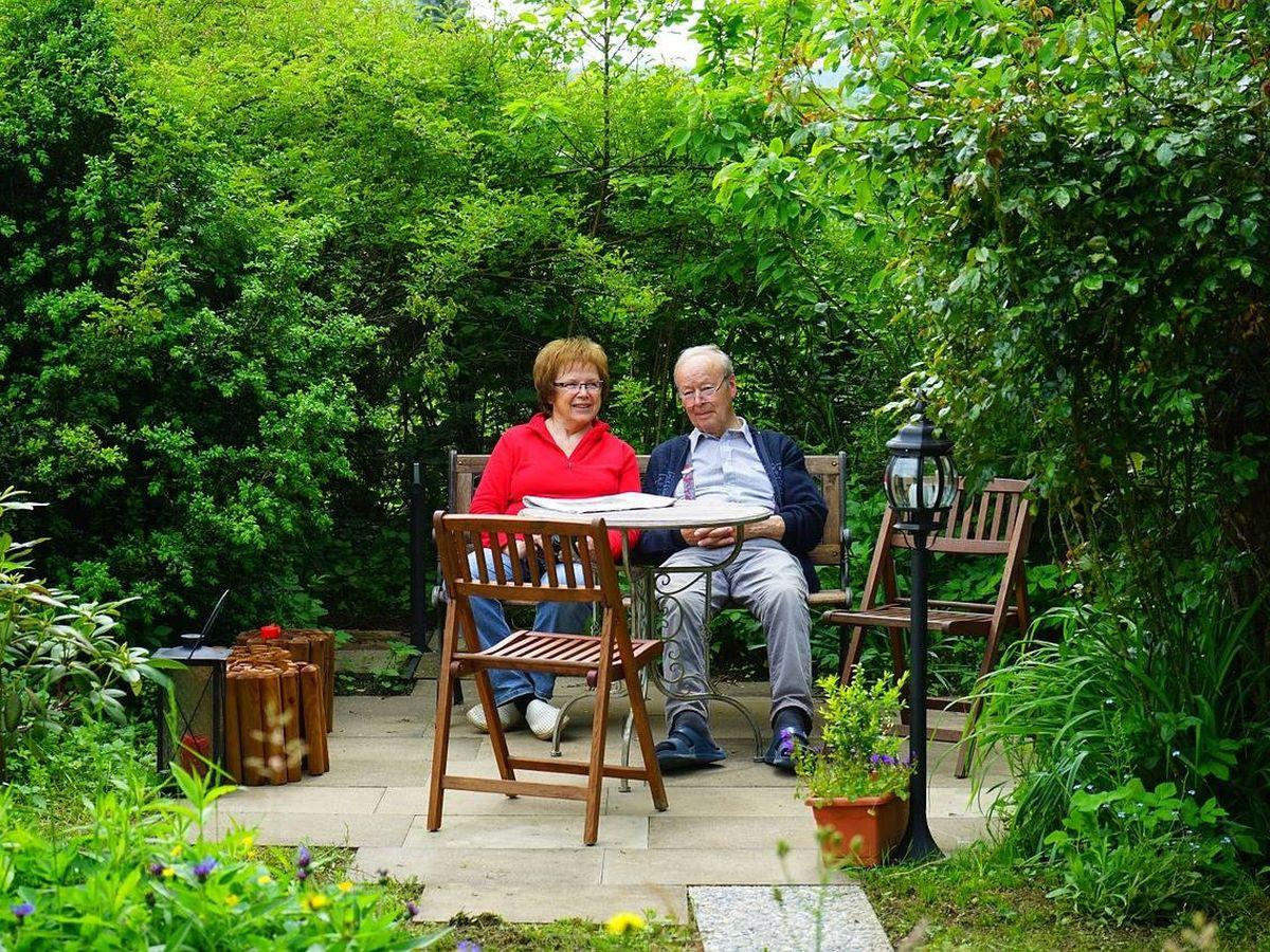 Foto: Disfruta del aire libre sentado en la mesa del jardín (Foto: Pixabay)