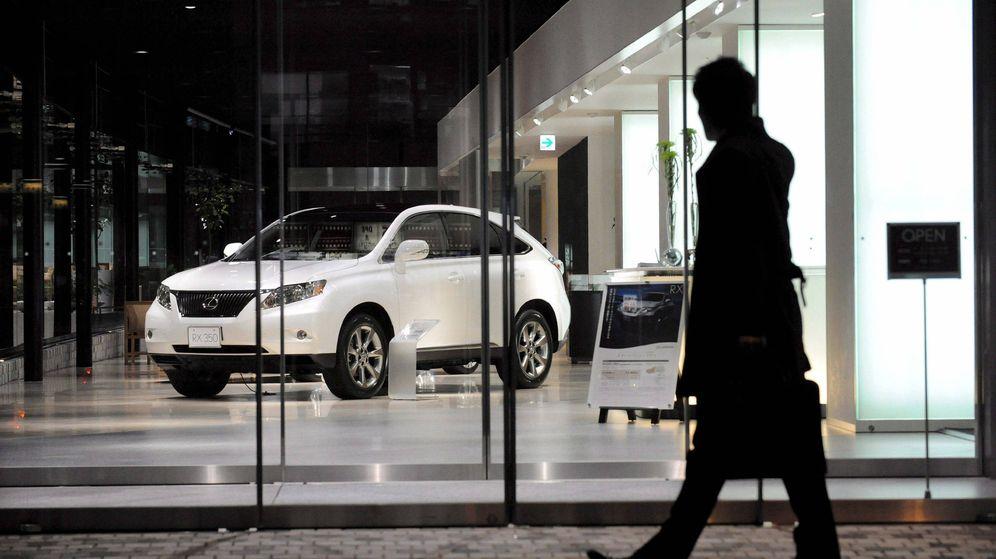 Foto: Un viandante pasa delante de un concesionario de Lexus. (EFE)