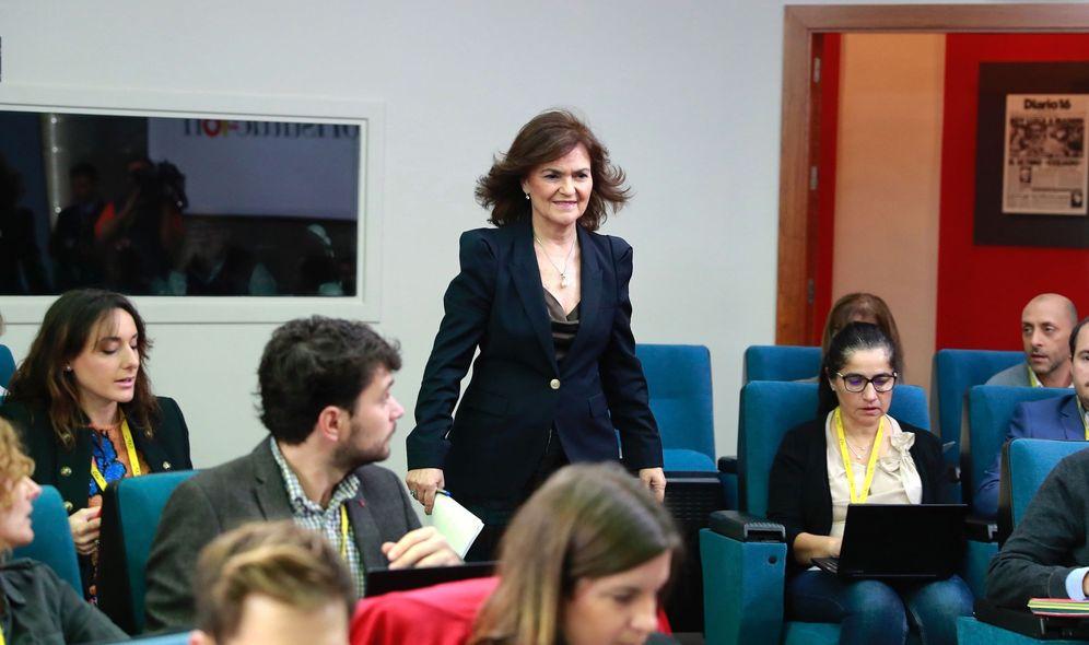 Foto: La vicepresidenta, Carmen Calvo, a su llegada este 30 de noviembre a la rueda de prensa en La Moncloa. (EFE)