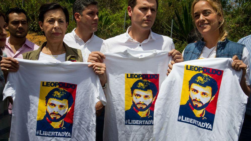 Foto: El líder deCiudadanos, Albert Rivera, posa sosteniendo camisetas con la imagen del dirigente opositor venezolano Leopoldo López acompañado por la madre de Leopoldo López y su mujer, Lilian Tintori. (EFE)