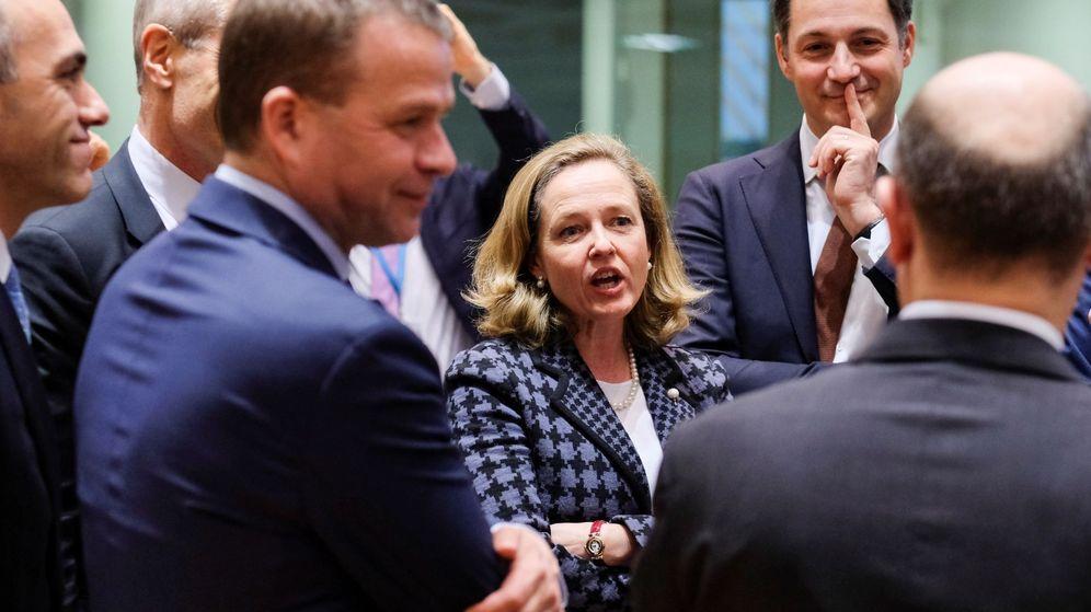 Foto: La ministra española de Economía, Nadia Calviño, conversa con algunos colegas antes de una reunión de los ministros de Economía y Finanzas de la eurozona. (EFE)