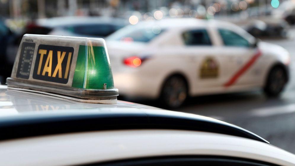 Foto: Un taxista atropella a tres estudiantes italianas en la plaza de Zaragoza de Valencia (Efe)