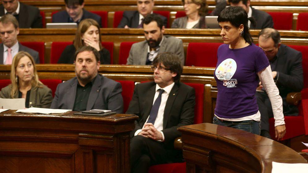 Foto:  La diputada de la CUP Anna Gabriel pasa ante el presidente de la Generalitat, Carles Puigdemont (c), y el vicepresidente, Oriol Junqueras. (EFE)