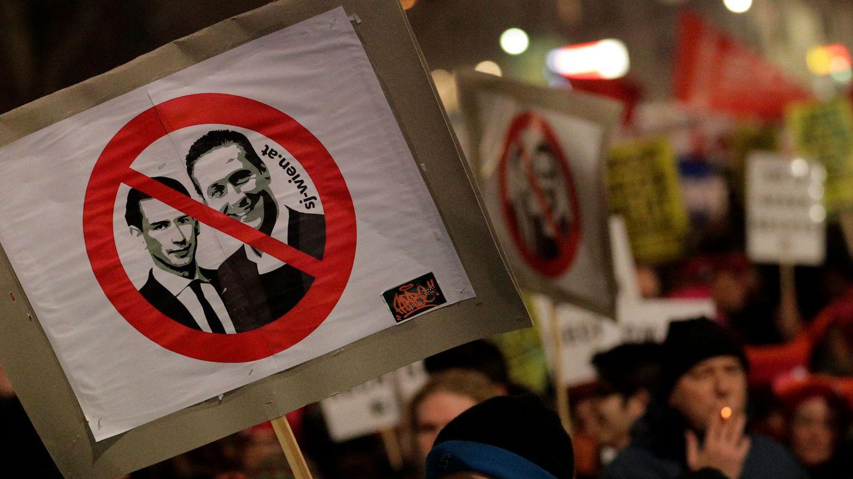 Un cartel contra la coalición de Kurz y Strache. (Reuters)