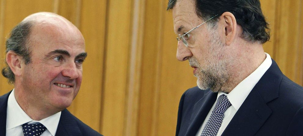 Foto: El ministro de Economía, Luis de Guindos, con Mariano Rajoy en una imagen de archivo. (Efe)