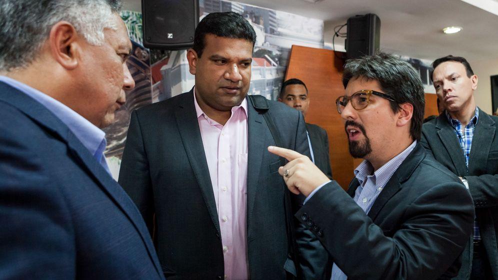 Foto: El diputado opositor Freddy Guevara, autor del informe, a la derecha (EFE)