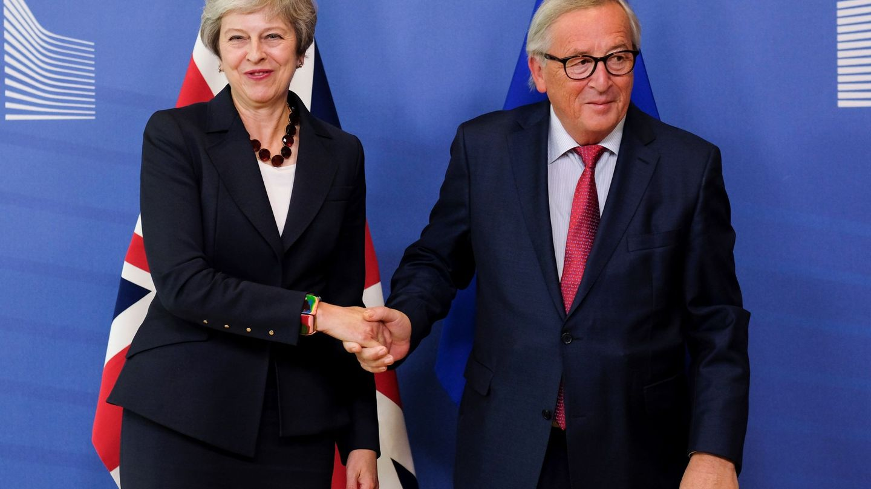 May saluda al presidente de la Comisión, Jean-Claude Juncker (EFE)