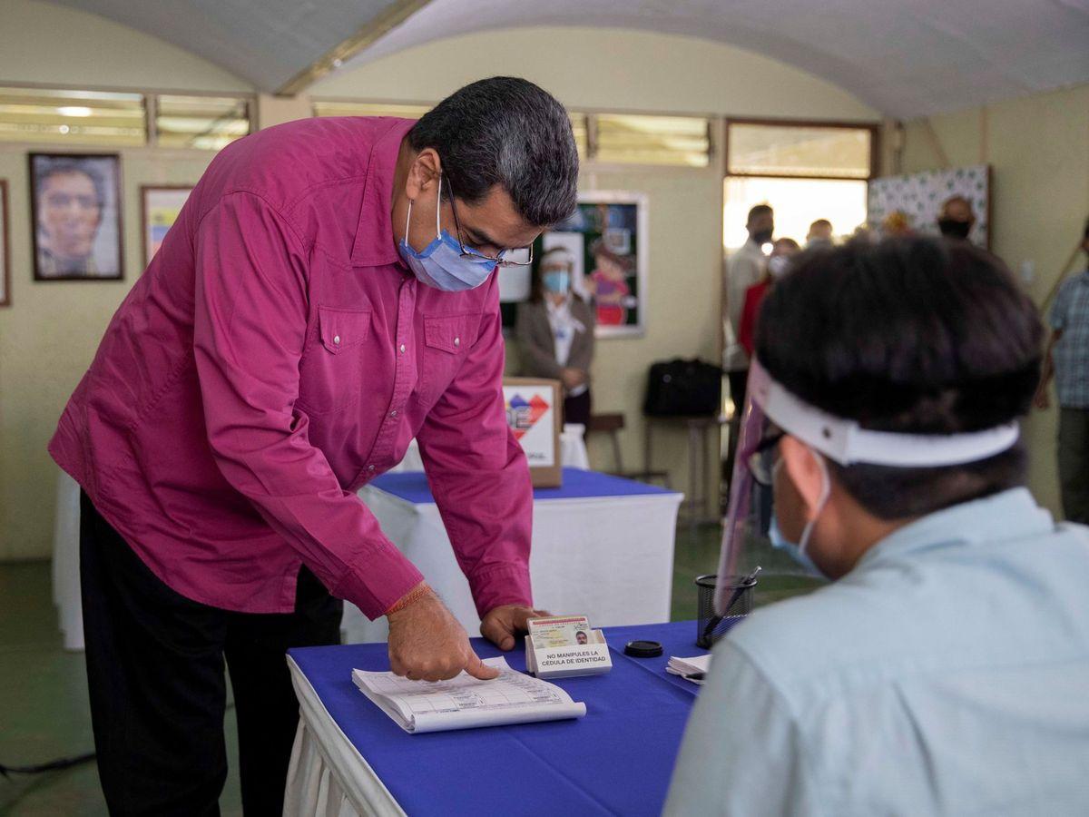 Foto: El presidente venezolano, Nicolás Maduro, vota en un centro de Caracas. (EFE)