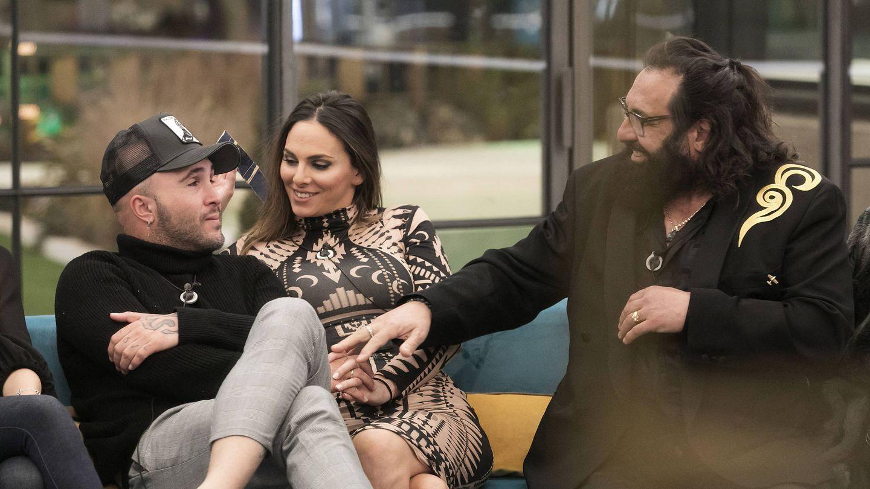 Kiko Rivera con su mujer Irene Rosales y Juan Miguel. (Mediaset)