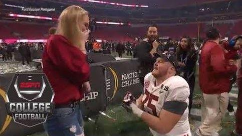 Un jugador de fútbol americano pide matrimonio a su novia tras ganar una final