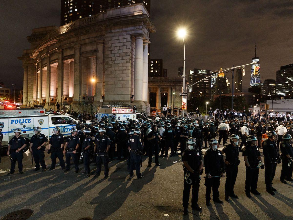 Foto: Los oficiales de policía hacen guardia en el puente de Manhattan para hacer cumplir el toque de queda de las 8 p.m.después de otro día de protestas en NY. (EFE)