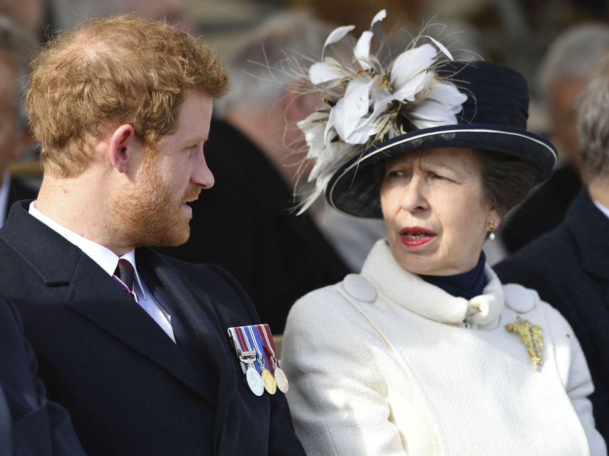 Foto: El príncipe Harry junto a la princesa Ana, en una imagen de archivo. (EFE)