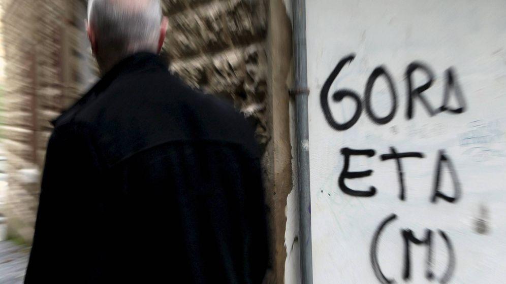 Foto: Un hombre pasa junto a una pintada de apoyo a la banda terrorista ETA. (EFE)