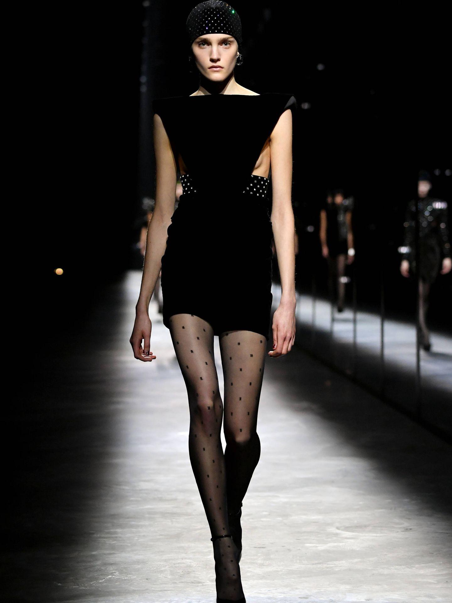 Otra de las modelos que desfilaron para Saint Laurent. (Getty)