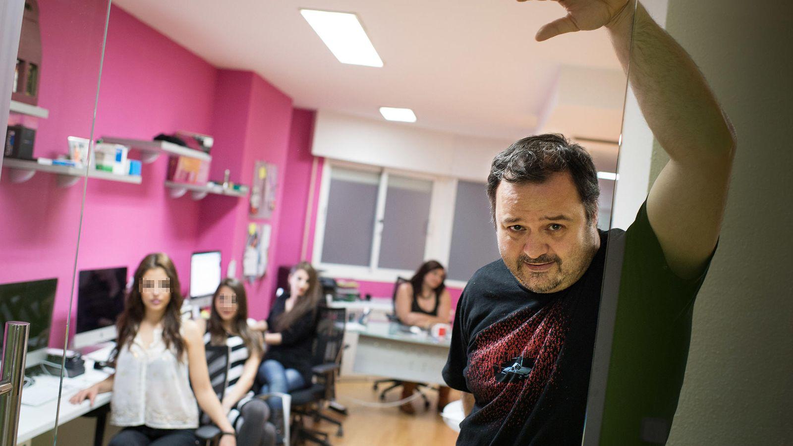 Foto: Torbe, junto a algunas de las chicas que trabajan en Villacerda. (Pablo López)