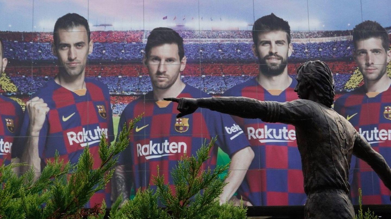 La estatua de Cruyff, con la imagen promocional de Messi al fondo. (EFE)