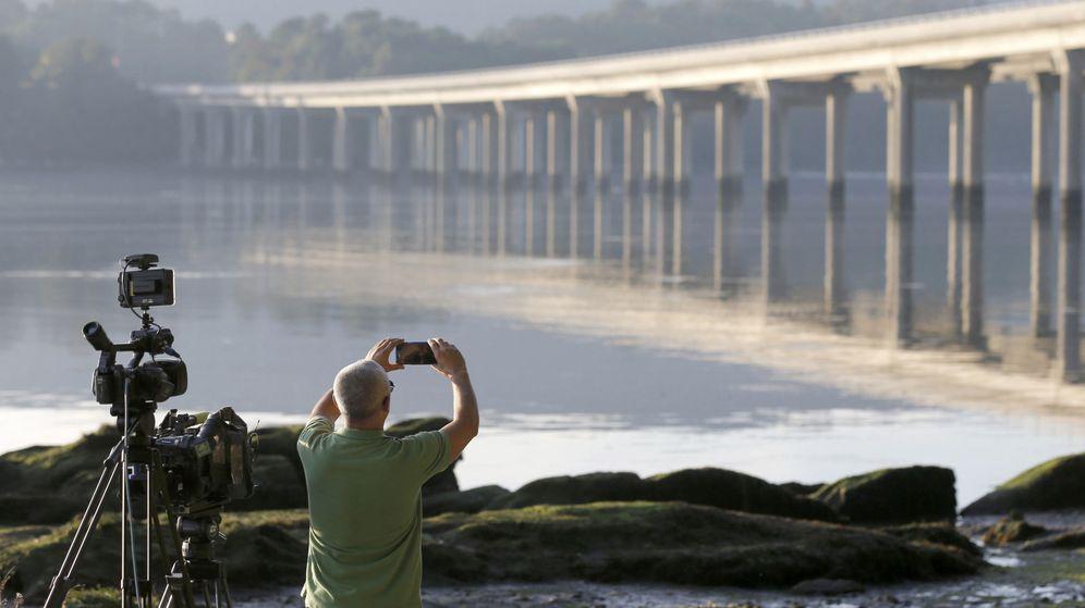 Foto: Un cámara fotografía la zona donde se encontró el móvil de Diana Quer. (EFE)