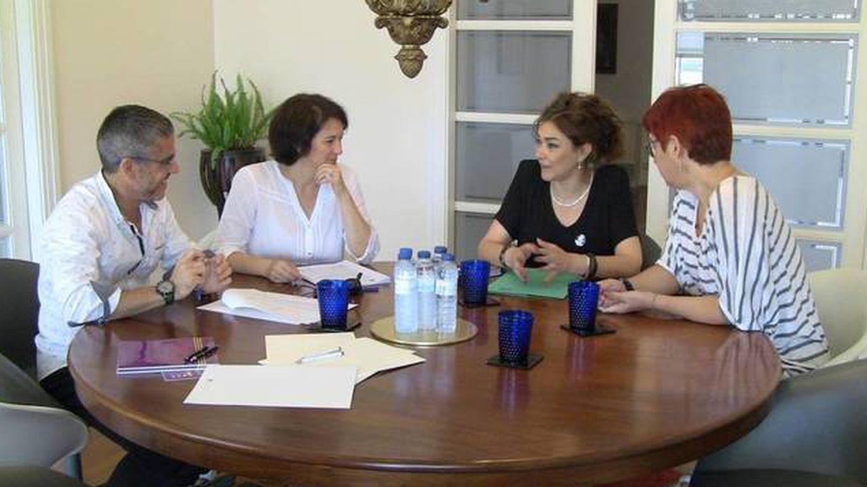 Sandra Ortega (pelo rojo) durante un convenio firmado con la Fundación Padeia Galiza.