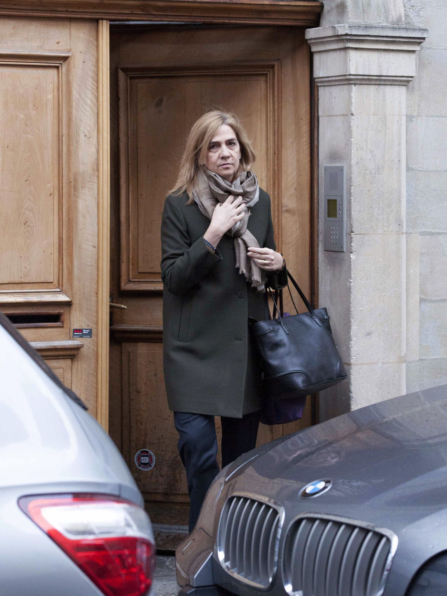 La infanta Cristina, saliendo a trabajar de su casa suiza. (EFE)