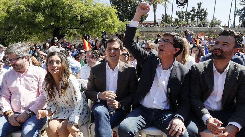 Foto: El presidente de Ciudadanos, Albert Rivera (c-d), junto a la candidata al Congreso por Madrid Sara Giménez (c-i). (EFE)