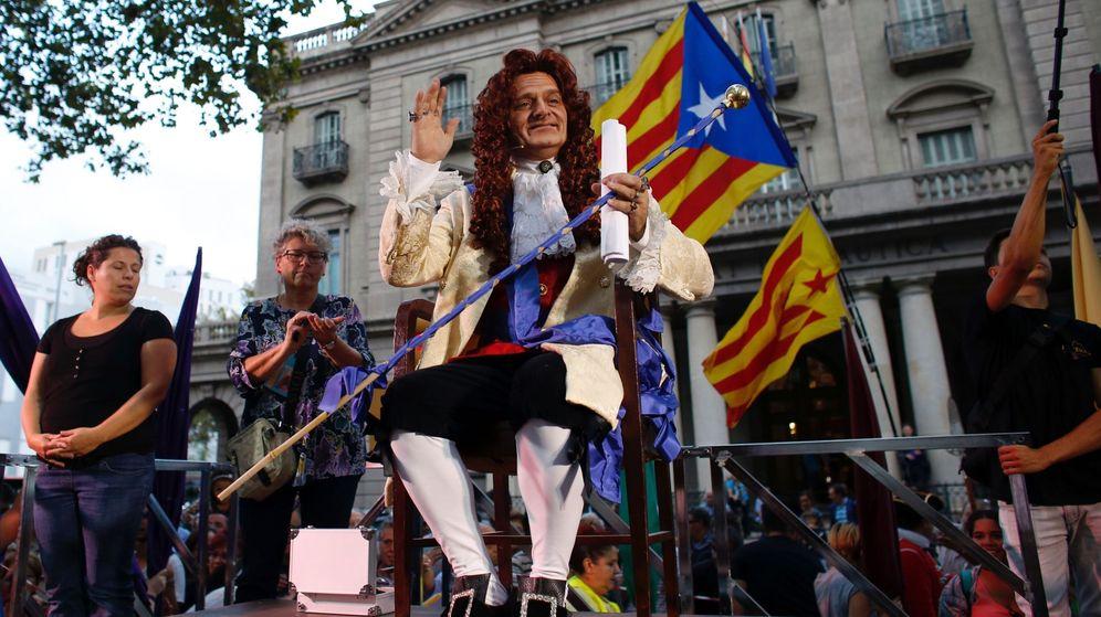 Foto: El actor Toni Albà, ataviado como Felipe V, protagoniza el pregón alternativo de las fiestas de la Mercè. (EFE)