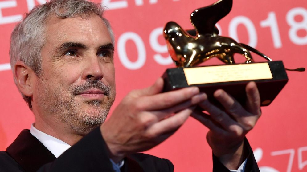 Foto: El director mexicano Alfonso Cuarón posa con el León de Oro por su cinta 'Roma'. (EFE)