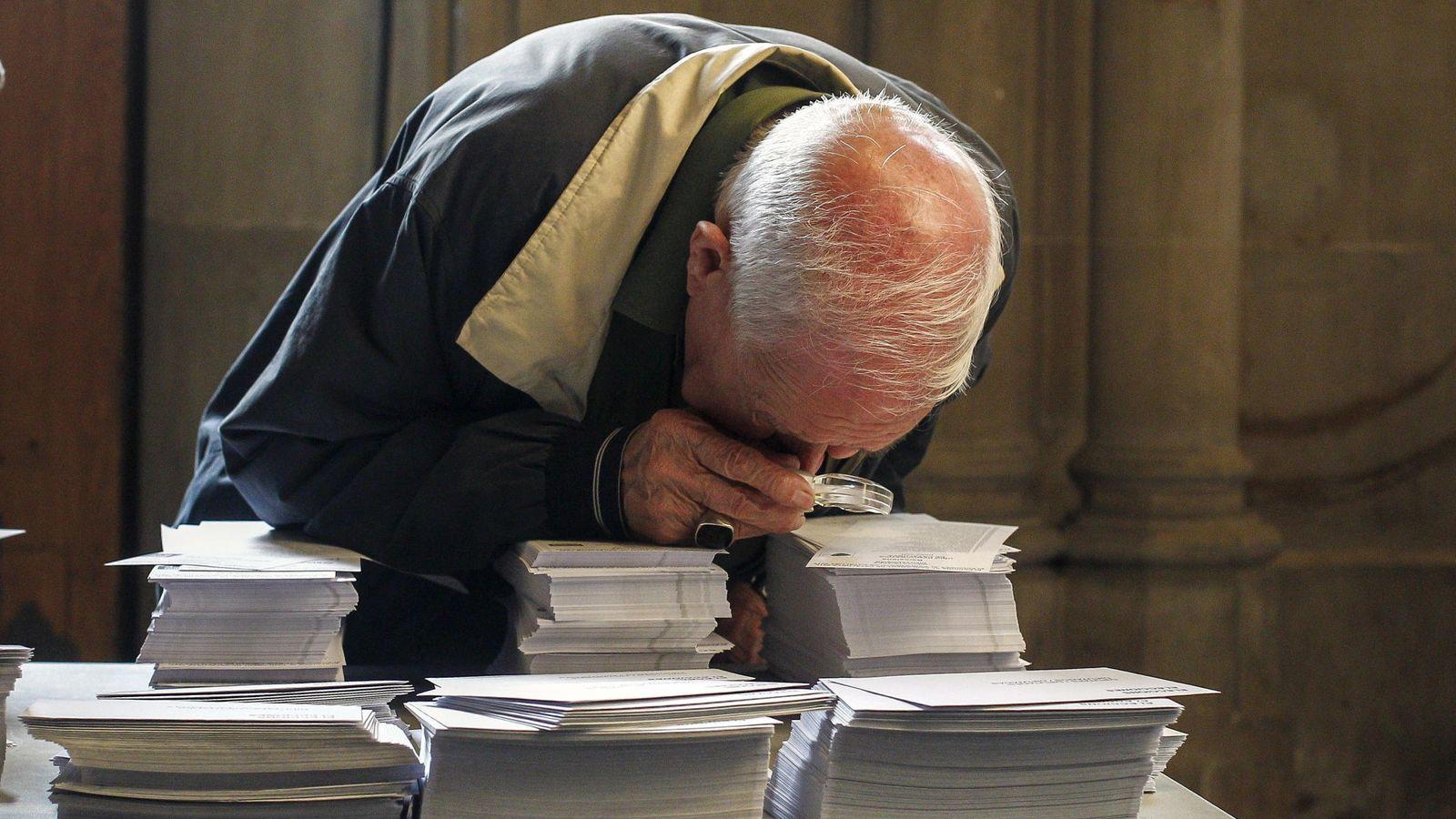 Foto: Una persona observa con una lupa las papeletas de las elecciones de 2015. (EFE)