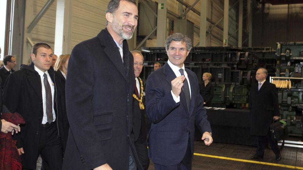 Foto: Felipe VI (i) y el presidente de Gestamp, Francisco Riberas, durante su visita a la empresa en Bielefeld, Alemania. (EFE)