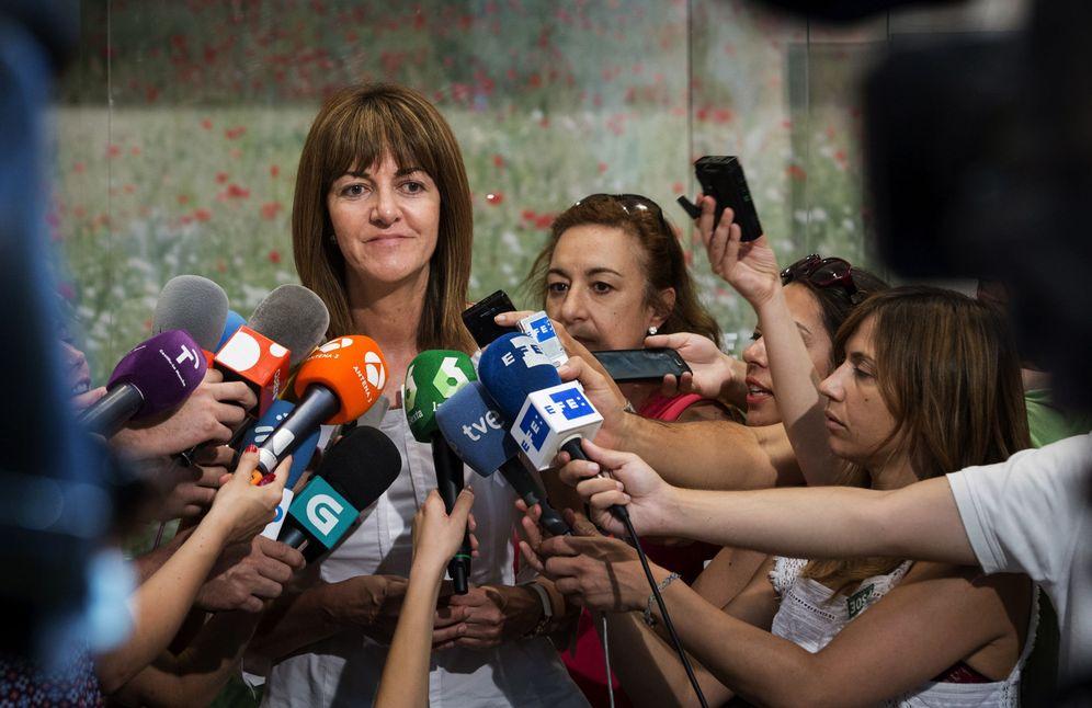 Foto: Idoia Mendia, secretaria general del PSE, atiende a los medios tras su entrevista con Pedro Sánchez en Ferraz, este 5 de julio. (EFE)