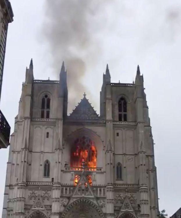 Foto: Fachada de la catedral durante el incendio. (Reuters)