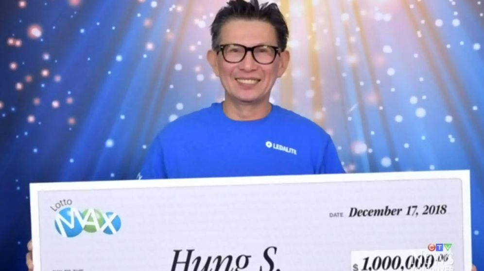 Foto: S. Hung posa feliz con el cheque gigante por un millón de dólares que recibió de la lotería
