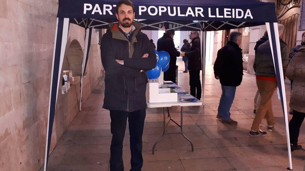 Foto: Dante Pérez, ante el tenderete del PP de Lleida. (R. M.)