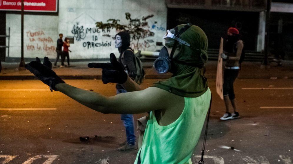 Foto: Manifestantes opositores al gobierno del presidente venezolano Nicolás Maduro protestan en una calle de Caracas. (Efe)