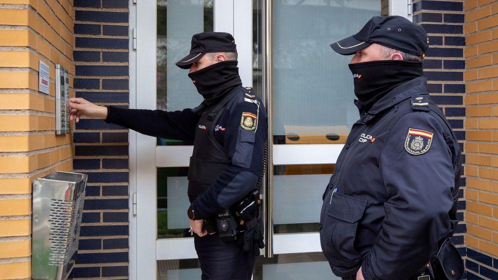 Foto: Dos agentes de la Policía Nacional patrullando durante el estado de alarma. (EFE)