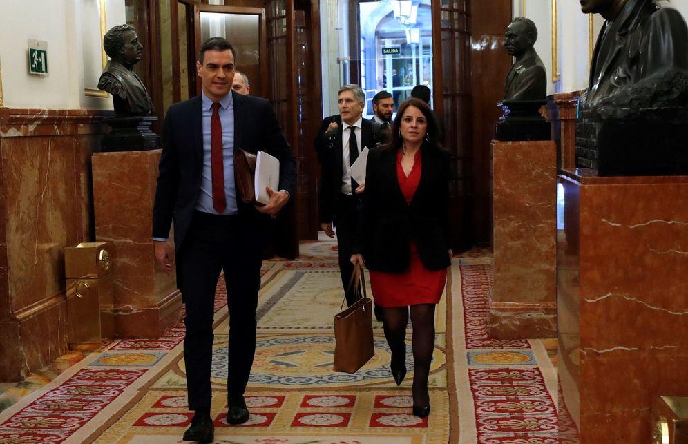 Foto: Pedro Sánchez y la portavoz parlamentaria del PSOE, Adriana Lastra, este 22 de abril en el Congreso. (EFE)