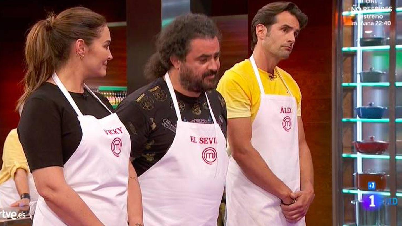 Vicky, junto a otros dos concursantes. (RTVE)